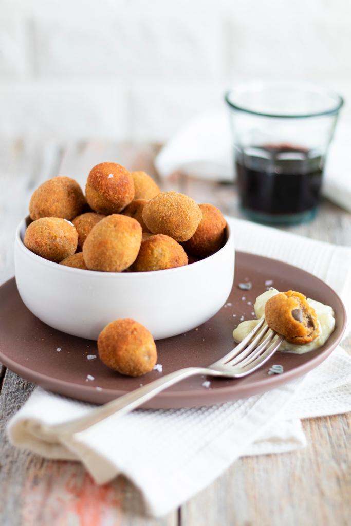 Olive all'ascolana con maionese di paccasassi